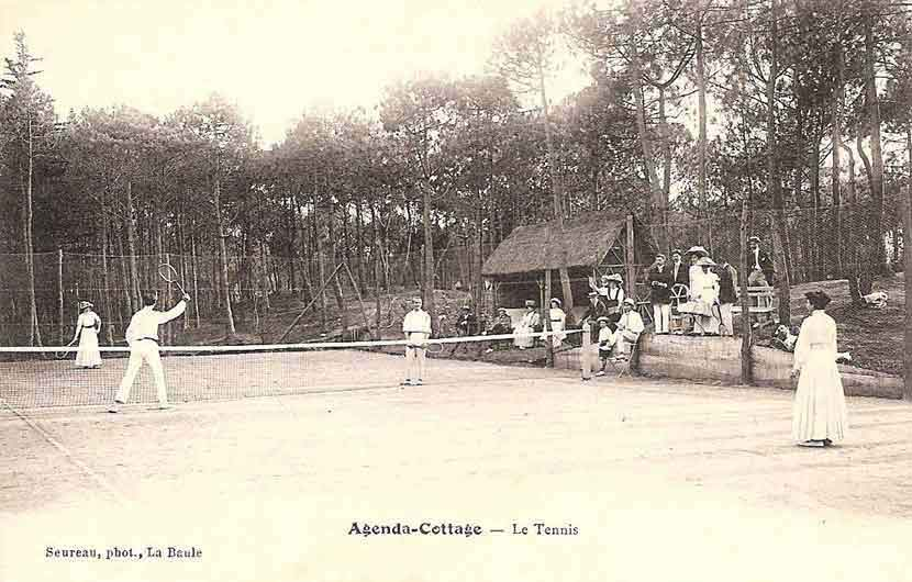 Le court de tennis de la Villa Agenda-Cottage